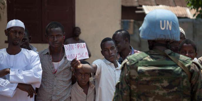 Des habitants musulmans du quartier PK5, à Bangui, manifestent contre la mission de l'ONU en Centrafrique, le 27octobre 2017.