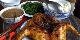 Poulet grillé servi avec une sauce aux cacahuètes.