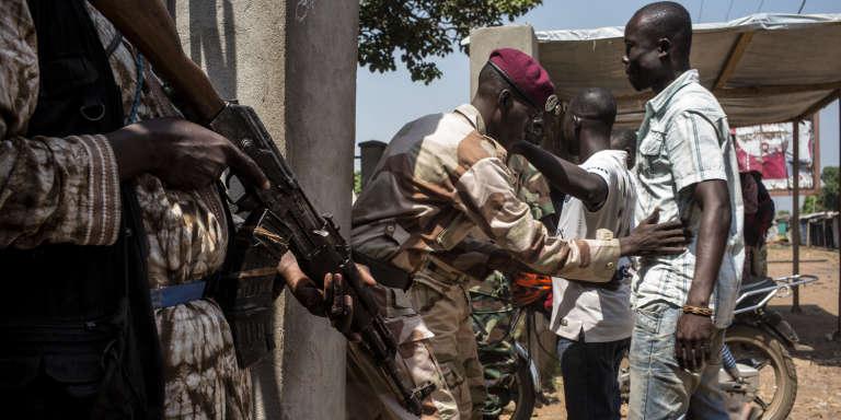 Des soldats des Forces armées centrafricaines contrôlent des électeurs lors du référendum constitutionnel du 13 décembre 2015, à Bangui.