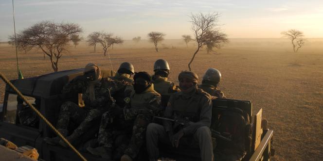 Des soldats maliens en patrouille dans le centre du pays, près des frontières avec le Burkina Faso et le Niger, le 2 novembre 2017.