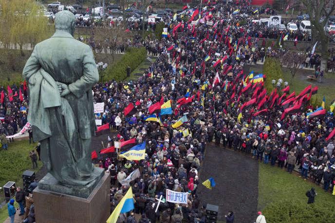 Rassemblement de soutien à l'ancien président georgienMikheïl Saakachvili au pied de la statue du poète Taras Shevchenko, à Kiev, le 10 décembre.