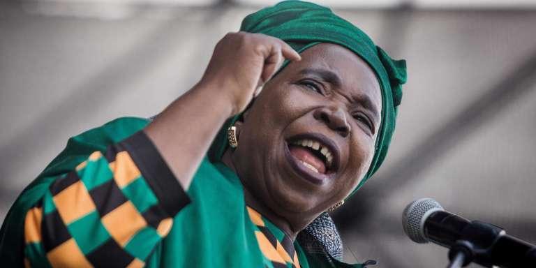 Enigmatique et discrète, Nkosazana Dlamini-Zuma dispose d'une forte expérience gouvernementale et d'un CV prestigieux.