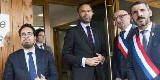 Mounir Mahjoubi, secrétaire d'Etat chargé du numérique, et Edouard Philippe, premier ministre, lors d'une rencontre avec des maires dans le cadre de la Conférence des territoires décentralisée, à Saint-Sylvain-d'Anjou (Maine-et-Loire), le 27octobre.
