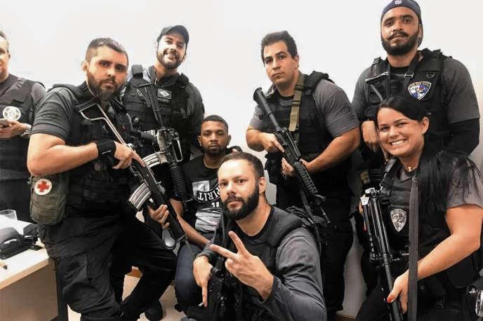 Après l'arrestation de « Rogério 157 », de nombreux clichés de l'équipe de policiers, fiers de poser au côté du caïd de Rocinha, ont circulé sur les réseaux sociaux.