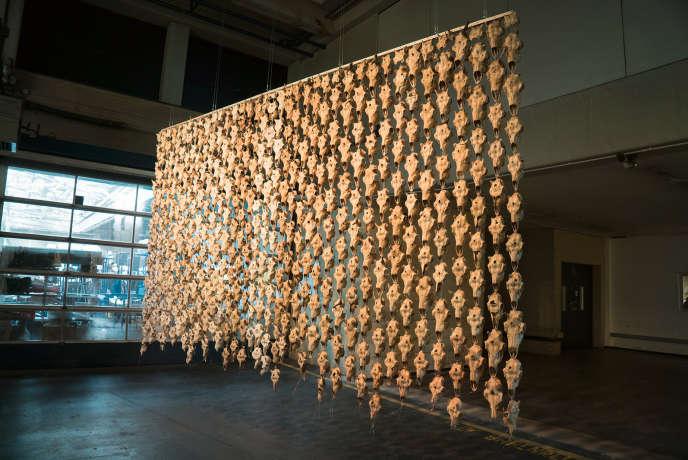 Un rideau composé de 400 crânes de rennes baptisé« Pile o'Sapmi» de l'artiste Maret Anne Sara.