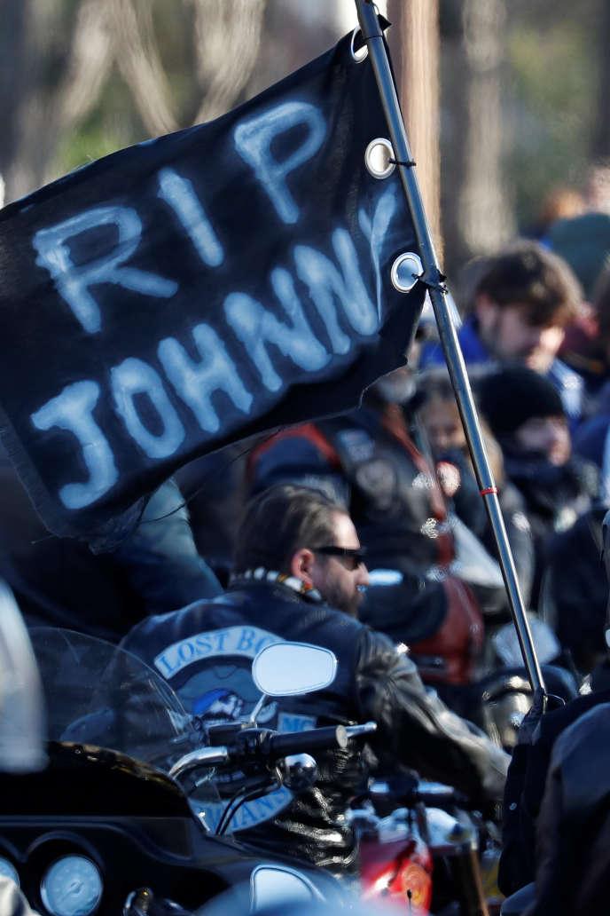 L'hommage des bikers à Johnny Hallyday, sur les Champs-Elysées à Paris, le 9 décembre 2017.