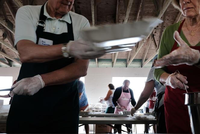Des volontaires distribuent des repas de Thanskgiving à Immokalee (Floride), le 23 novembre.