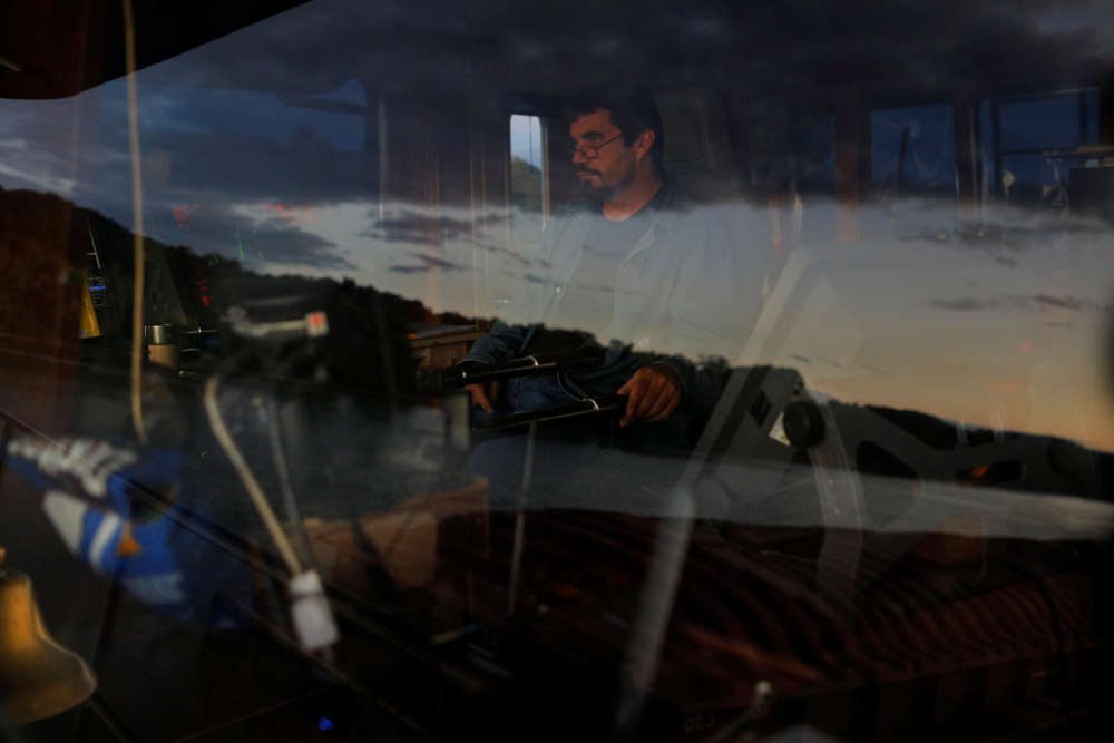 La rivière Ohio se reflète dans la fenêtre de la timonerie du capitaine Joe Grey alors que son remorqueur,le «MK McNally», de la Campbell TransportationCompany, croise prèsd'Ironton, dans l'Ohio, le 12 septembre.