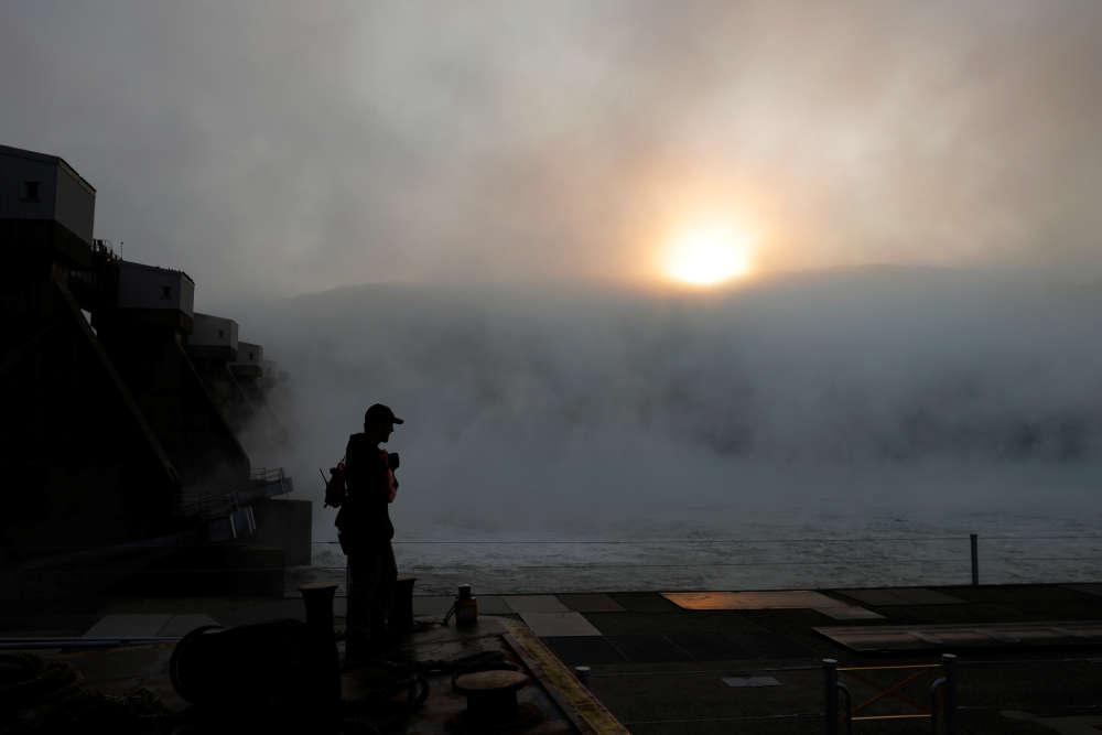 Le matelot de pont de 25 ans Chase Osborne se tient dans le brouillard à la tête des 15 barges poussées par le remorqueur «MK McNally» à Moraine, Ohio, le 10 septembre.
