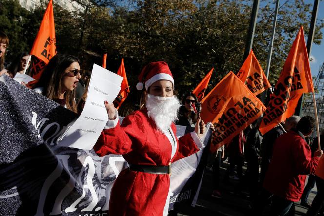 Lors d'une manifestation contre les réductions des dépenses publiques prévues par le budget 2018, jeudi 14 décembre, à Athènes.