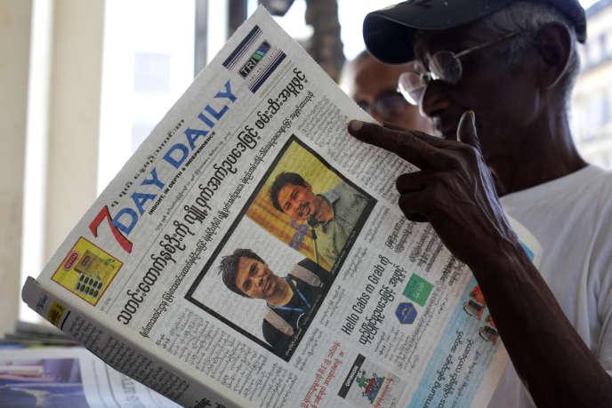 Un homme lit le journal rapportant l'arrestation des deux journalistes de Reuters, le 14 décembre 2017.