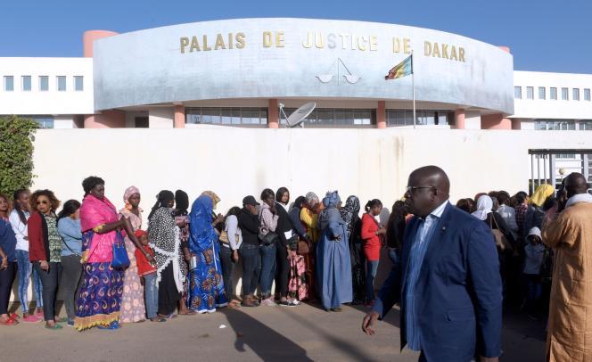 La foule se presse devant le tribunal de Dakar où le maire devait être jugé, le14décembre.