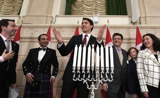Le premier ministre canadien Justin Trudeau s'exprime lors de la célébrationde la fête de Hanoucca sur la colline du Parlement canadien, à Ottawa, le 13 décembre 2017.