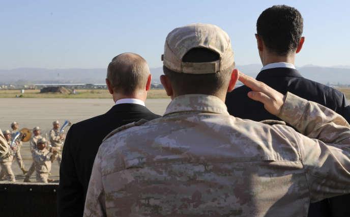 Vladimir Poutine et Bachar Al-Assad sur la base aérienne de Hmeimim en Syrie, le 11décembre.