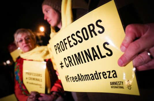« Les professeurs ne sont pas des criminels», peut-on lire sur cette affiche lors d'une manifestation de soutien à Ahmadreza Djalali, à Bruxelles, le 14 décembre.