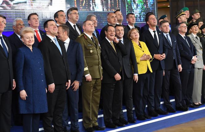 Les dirigeants européens regardent un drone après la réunion sur le renforcement de la défense européenne, le premier jour d'un sommet européen, au siège de l'UE, à Bruxelles, le 14 décembre.