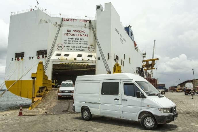 Port d'Abidjan : débarquement des voitures d'occasion venant d'Europe le 14 mars 2016.