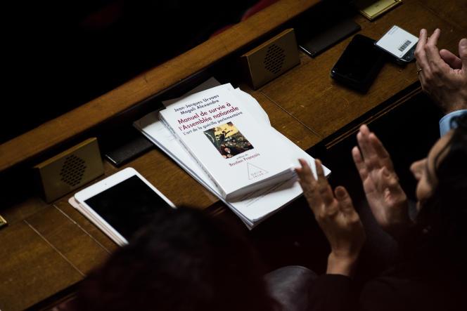 Sur le pupitre d'une députée, le « Manuel de survie à l'Assemblée nationale », conseillé aux élus LRM pendant l'été
