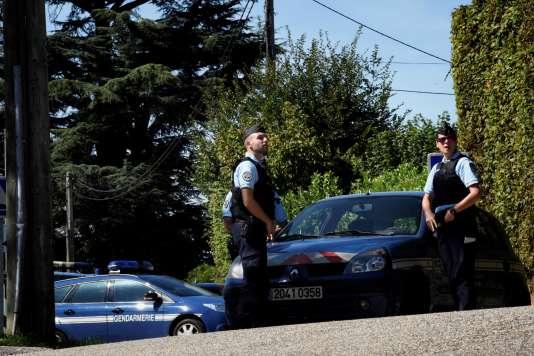 Des gendarmes devant le domicile de l'homme suspecté d'avoirenlevé Maëlys, à Domessin (Savoie), le 5 septembre.