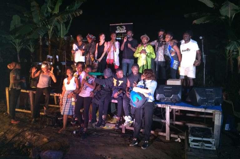 Le slameur Marc Alexandre Oho Bambe et de jeunes talents locaux sur la scène du Théâtre Source Didier-Schaub.