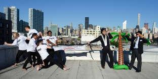 Des acteurs simulent un bras de fer entre riches et pauvres pour dépeindre la lutte mondiale contre les inégalités, à New York, en septembre 2015.