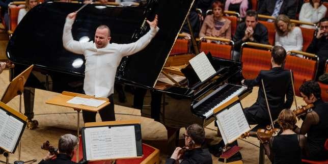Yannick Nézet-Séguin dirige l'Orchestre métropolitain de Montréal lors de sa toute première tournée européenne, ici en compagnie du pianiste Alexandre Tharaud, au Kölner Philharmonie de Cologne, le 27 novembre 2017.