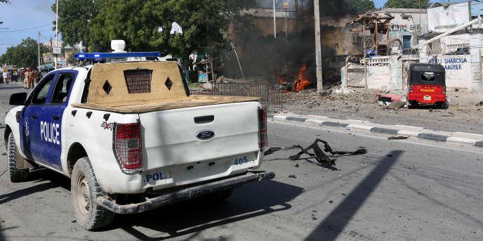 Une voiture de police arrive sur le site d'une explosion à Mogadiscio, le 22juin 2017.