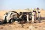 Des habitants inspectent l'épave d'une voiture détruite par la frappe d'un drone près de la ville de Marib, au Yémen, le 3 novembre.