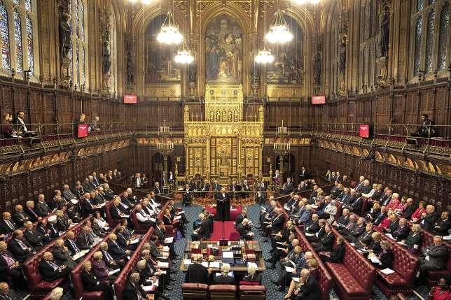 Les députés britanniques méditent après les séances de débats. Ils pourraient aussi bien débuter par cela.