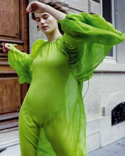 Robe en soie, Emilio Pucci. Body, Maison Margiela.