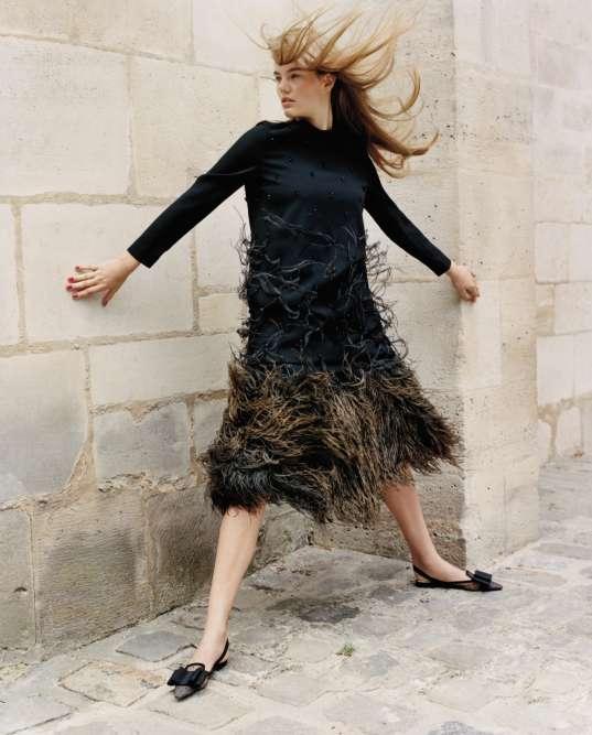 Robe en laine avec plumes et cristaux brodés, Escada. Jupe en coton et plumes, JW Anderson. Chaussures, Christian Dior.