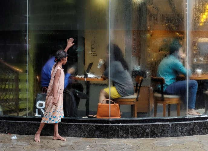 Une sans-abri fait la manche à Bombay (Inde) , le 24 juin 2016.