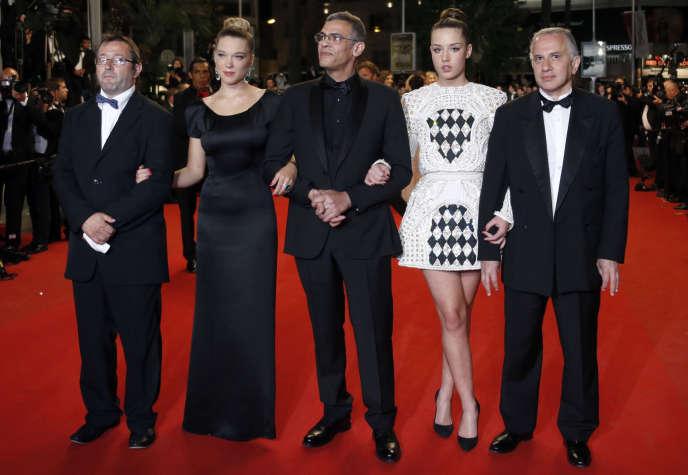 Le producteur Vincent Maraval, cofondateur de Wild Bunch (à gauche), avec l'équipe du film «La vie d'Adèle» d'Abdellatif Kechiche, au Festival de Cannes, le 23 mai 2013.