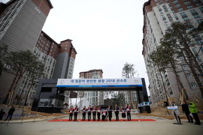 Cérémonie organisée à l'occasion de l'achèvement du village olympique à Pyeongchang, en Corée du Sud, le 15 décembre 2017.