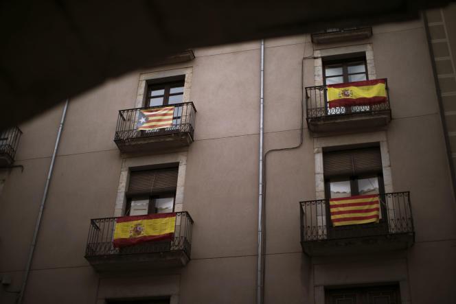 Des balcons décorés de drapeaux espagnols, indépendants et catalans à Gérone, Espagne, mercredi 13 décembre.