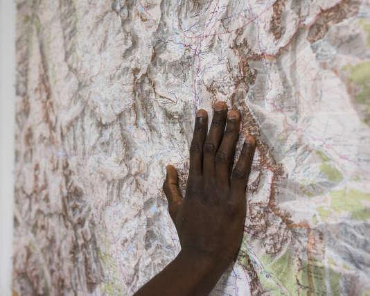 Carte detaillée de la région de Briançon (Hautes-Alpes), dans une chambre du centre d'accueil pour migrants de la ville, le 11 décembre.
