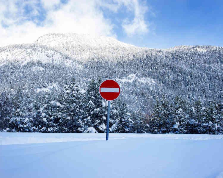 Sur la route des migrants, entre Bardonnèche et le hameau de Mélezet, un panneau vu du côté italien sur la route du col de l'Echelle situé à plus de 1700 mètres d'altitude.