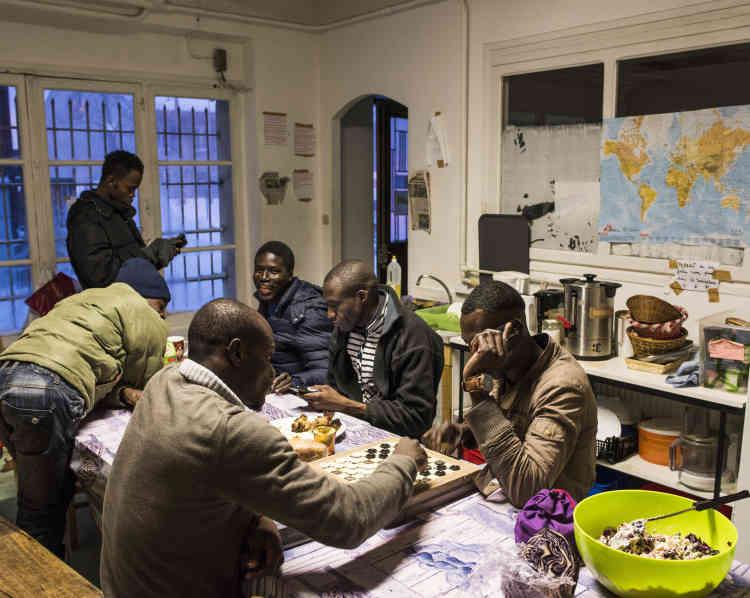 A la maison commune du Collectif réfugiés solidaires, les migrants sont nourris, soignés, vêtus et écoutés pour quelques jours.