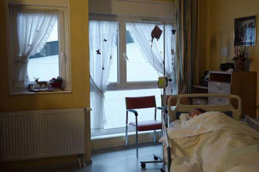 Un patient dans le service de soins palliatifs du centre de Santé Bethel, àOberhausbergen (Bas-Rhin), le 18 décembre 2014.