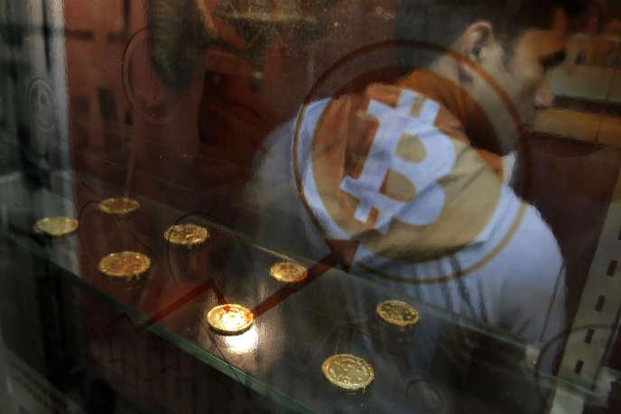 Un distributeur automatique de bitcoins à Hongkong, le 8 décembre.