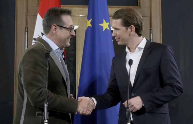Le leader de l'extrème droite, Heinz-Christian Strache (à gauche) et le chancelier conservateur Sebastian Kurz, à Vienne le 15 décembre.