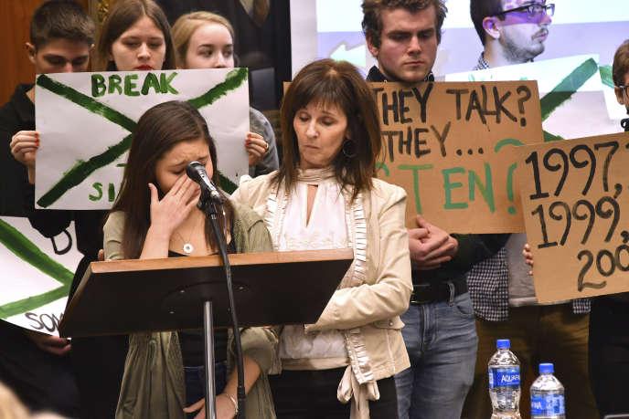 L'une des jeunes victimes du docteur Lassar, consolée par sa mère lors de l'audience pour agression sexuelle devant un tribunal du Michigan.