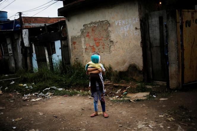 Un frère et une soeur, dans une favela de Rio de Janeiro, en juin 2016.