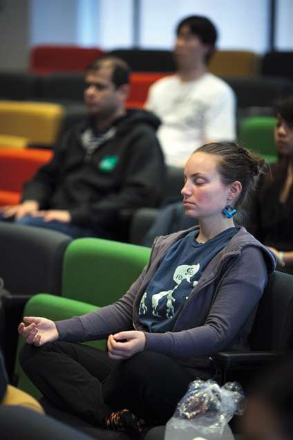 La méditation peut améliorer la productivité des salariés, estime-t-on chezGoogle.