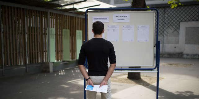 Un étudiant regarde les résultats du baccalauréat le 7 juillet 2015 au lycée Georges Brassens, à Paris.