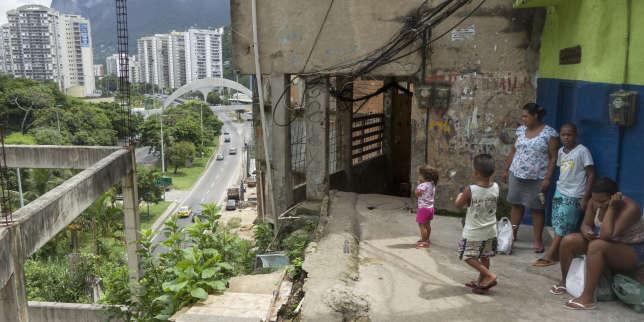 La favela Rocinha, d'où l'on peut voir le quartier aisé de Lablon, à Rio de Janeiro.