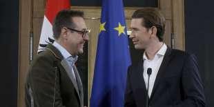 Heinz-Christian Strache, chef de l'extrême droite (Parti de la liberté, FPÖ), et Sebastian Kurz (droite, Parti populaire), à Vienne, le 15 décembre.
