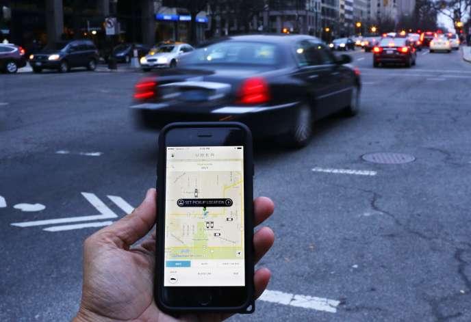 Smartphone équipé de la plate-forme de voitures avec chauffeurs Uber, à Washington, en septembre 2015.