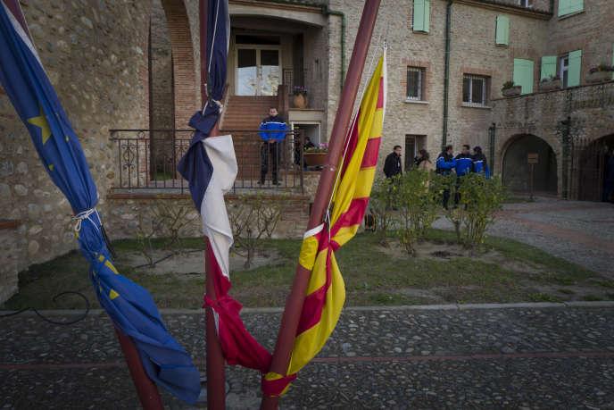 Les drapeaux en berne devant la mairie de Millas, au lendemain de l'accident, le 15 décembre.
