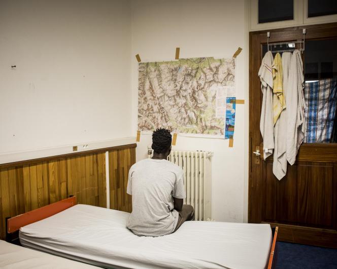 Ya Ahadou, togolais de 19 ans dans sa chambre du centre d'accueil pour migrants de Briançon.